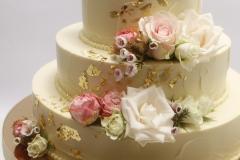 Kāzu torte ar dzīvajiem ziediem un zeltu. Nodrošinam piegādi uz svinību vietu.