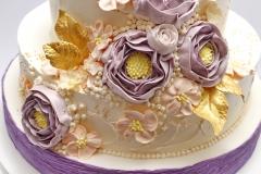 Kāzu tortei sviesta krēma rozes un zelta lapiņas