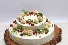 Viegla vasarīga kāzu torte uz koka ripas