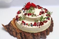 Musa kāzu torte dekorēta ar ogām un dzīvajiem ziediem