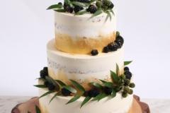 Kāzu torte uz koka ripas. Sviesta- olu biskvīta kāzu torte.