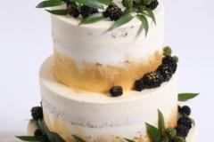 Kāzu torte ar zaļumiem un zeltu.