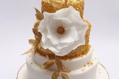 Kāzu torte ar zelta dekoru, cukura ziedu
