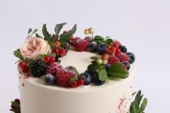 Meža tēma. Klasiskā vaniļas krēma torte ar sviesta olu biskvītu un brūklenēm.
