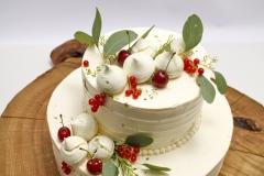 Kāzu tortei eikaliptu zaļumu un ogu dekors