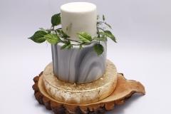 Kāzu torte ar marmora rakstu un cukura lapiņu vainadziņu
