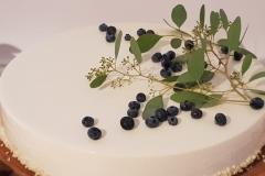 Kāzu kūka ar vienkāršu eikaliptu un melleņu dekoru