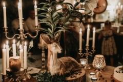 Krēmīgas, vasarīgas kāzu tortes ar vienkāršiem eikaliptu dekoriem uz romantiska kāzu galda