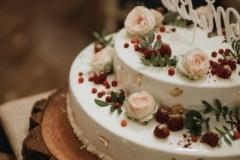 Aveņu maskarpones kūka Mandeļu pralinē kraukšķis ar tumšo šokoladi, grauzdētiem lazdu riekstiem un trauslām vafelītēm. Plāna kārtiņa bikvīta, kas piesūcināts ar aveņu biezeni un viegls maskarpones muss ar vaniļu.