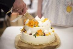 Neliela divstāvu kāzu torte ar piegādi no ceputortes.lv