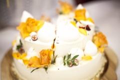 Mīksta, sulīga kāzu kūka ar kraukšķīgu pamatni