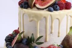 Šokolādes kāzu torte ar mango- marakujas krēmu.
