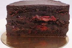 Šokolādes biskvīts, šokolādes krēms, rums, ķiršu masa