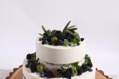 Šokolādes ķiršu kūka ar kazeņu dekoru