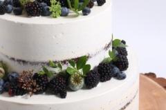 Kailā kāzu kūka uz koka ripas