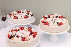 Kāzu tortes ar vārīto krēmu un brūklenēm (lauku torte).
