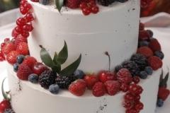 Kāzu torte ar ogu dekoru