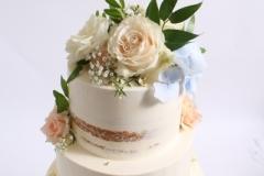 Upeņu krēma kūka ar šokolādi un ogām. Ziedu dekors.