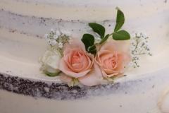 Kāzu tortei rožu dekors. Kailā kāzu torte.