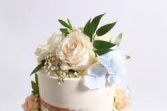 Kāzu tortei zilu ziedu akcents.