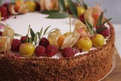 Klasiskā biskvīta kūka ar vārīto krēmu un brūklenēm. Medus kūkas drupaču apdare.