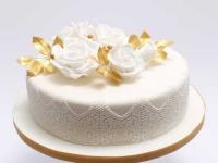 Maskarpones -avenu kāzu torte ar mežģīnēm,zelta lapiņām