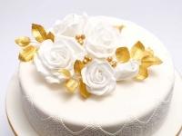 Torte ar cukura masu, baltām rozēm
